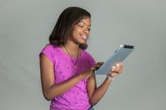 Muchacha con una tableta. Foto de archivo