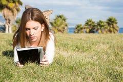 Muchacha con una tableta Imagen de archivo libre de regalías