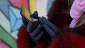 Muchacha con una tableta en manos al aire libre en invierno Vídeo completo de HD metrajes