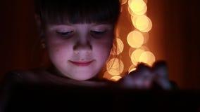 Muchacha con una tablilla almacen de metraje de vídeo