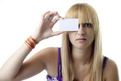 Muchacha con una tarjeta en blanco en su ojo Imagen de archivo