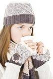 Muchacha con una taza de bebida caliente. Imagen de archivo libre de regalías