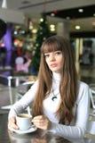 Muchacha con una taza de café en un centro comercial Imagenes de archivo