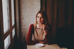 Muchacha con una taza de latte del café Fotos de archivo