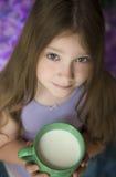 Muchacha con una taza de leche Imagenes de archivo