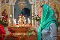Muchacha con una vela. Imagenes de archivo