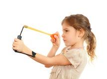 Muchacha concentrada con puntería de la catapulta fotografía de archivo