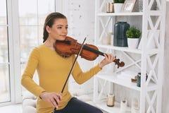 Muchacha concentrada que disfruta de su improvisación musical Fotografía de archivo libre de regalías