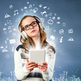 Muchacha conectada con Internet con la tableta Fotografía de archivo libre de regalías