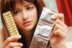 Muchacha confundida sobre la contracepción Fotos de archivo libres de regalías