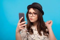 Muchacha confusa con smartphone Imagen de archivo