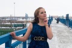 Muchacha congelada hermosa en el puente en el invierno Foto de archivo