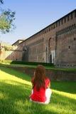 Muchacha. Contemplación del castillo Imagen de archivo