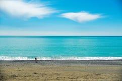 Muchacha contra la perspectiva del mar La superficie de una turquesa, mar tranquilo El concepto de viaje, relajación fotos de archivo libres de regalías