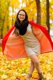 Muchacha coreana de moda en bosque del otoño Fotografía de archivo libre de regalías