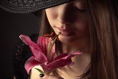 Muchacha coreana del adolescente con la flor del lirio Fotografía de archivo libre de regalías