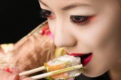 Muchacha coreana del adolescente con maquillaje brillante que come el primer del sushi Fotografía de archivo libre de regalías