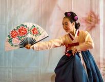 Muchacha coreana durante su funcionamiento en el festival oriental en Génova, Italia imágenes de archivo libres de regalías