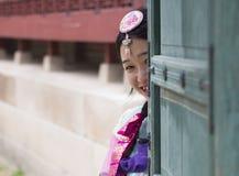 Muchacha coreana hermosa en los vestidos tradicionales de Hanbok Imagen de archivo libre de regalías