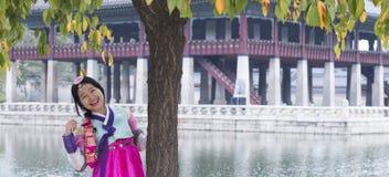 Muchacha coreana hermosa en los vestidos tradicionales de Hanbok Fotos de archivo libres de regalías