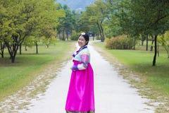 Muchacha coreana hermosa en los vestidos tradicionales de Hanbok Fotografía de archivo libre de regalías