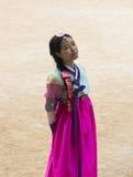 Muchacha coreana hermosa en los vestidos tradicionales de Hanbok Imagenes de archivo