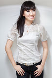 Muchacha coreana linda, descarada en la blusa blanca Foto de archivo