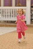 Muchacha corriente feliz en alineada rosada Fotografía de archivo