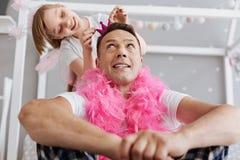 Muchacha creativa dulce que se divierte con su padre Foto de archivo libre de regalías