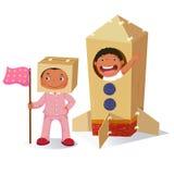 Muchacha creativa que juega como astronauta y muchacho en el cohete hecho del coche Imagen de archivo libre de regalías