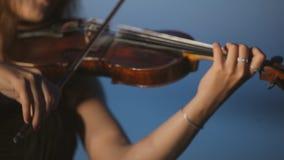 Muchacha creativa que toca el violín que se coloca en a metrajes