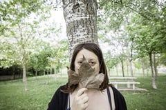 Muchacha cubierta con las hojas Fotografía de archivo