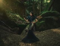Muchacha - cuervo negro imagen de archivo libre de regalías