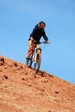Muchacha cuesta abajo en la bici de montaña Fotos de archivo