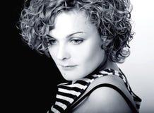 Muchacha Curly-haired en una tapa eliminada imagen de archivo libre de regalías