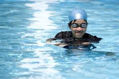 Muchacha dañosa en piscina imagen de archivo libre de regalías