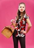 Muchacha Dark-haired con el bolso marrón Fotografía de archivo libre de regalías