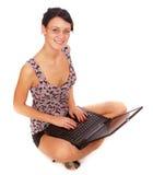 Muchacha Dark-haired con la computadora portátil Imagen de archivo libre de regalías