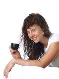 Muchacha Dark-haired con una taza de café Fotografía de archivo