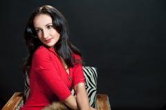 Muchacha dark-haired de relajación linda en el ch pasado de moda Fotografía de archivo
