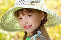 Muchacha Dark-haired en un sombrero Foto de archivo libre de regalías