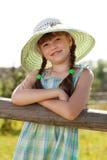 Muchacha Dark-haired en un sombrero de mimbre Fotos de archivo libres de regalías