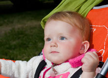 muchacha de 1 año en carro de bebé Foto de archivo
