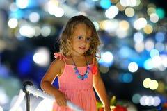 Muchacha de 3-4 años con un fondo hermoso del bokeh en Oia, Santorini, Grecia imagenes de archivo