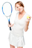 Muchacha de 30 años con una estafa y una pelota de tenis en un blanco Fotos de archivo