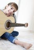 Muchacha de 9 años que aprende tocar la guitarra Fotografía de archivo libre de regalías