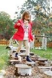 Muchacha de 4 años que camina sobre los guijarros fotos de archivo libres de regalías
