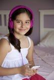 Muchacha de 9 años que escucha la música Imágenes de archivo libres de regalías