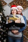 Muchacha de abarcamiento del hombre en la Navidad Fotografía de archivo