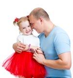 Muchacha de abarcamiento del niño del padre feliz aislada en blanco Imagenes de archivo